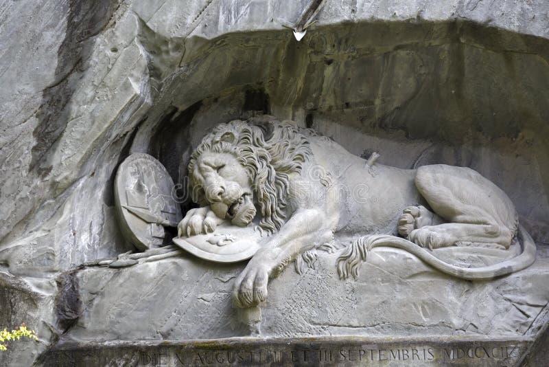 Stervende die Leeuw in rotsachtige muur in Luzerne wordt gesneden royalty-vrije stock foto's