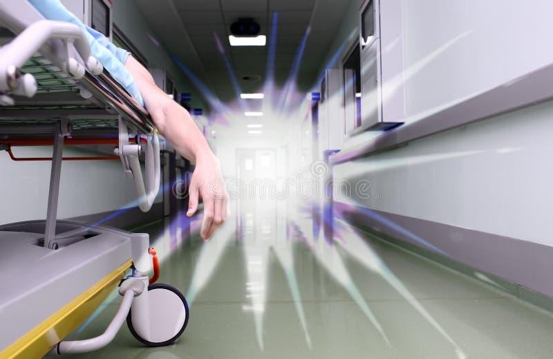 Stervende patiënt en wit licht stock foto's