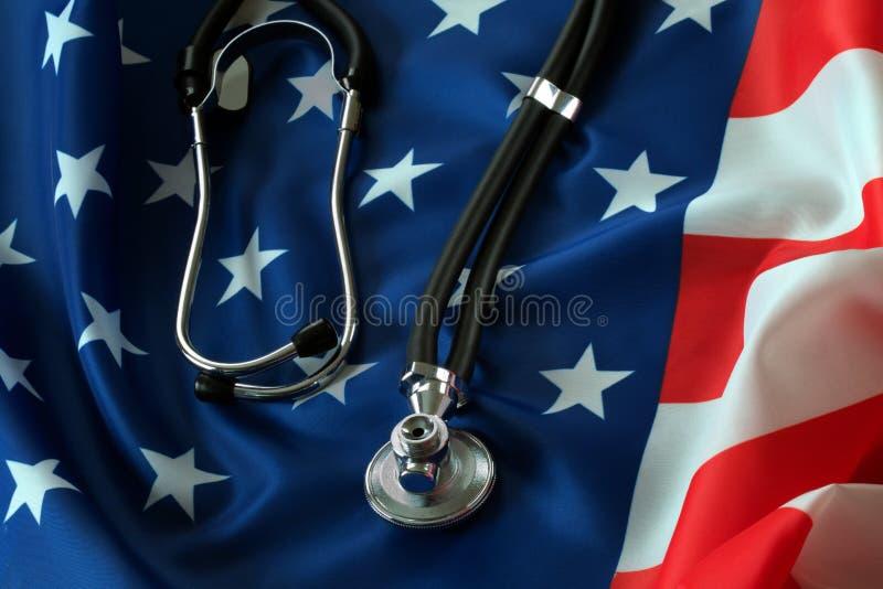 Stethoscoop die op de Amerikaanse vlag liggen royalty-vrije stock afbeelding