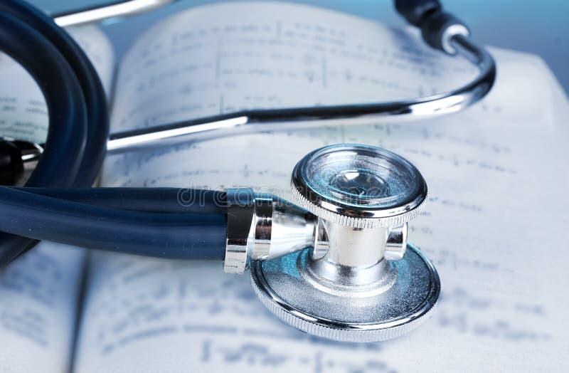 Stethoscoop en boek stock foto