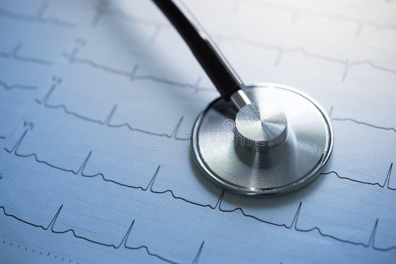 Stethoscoop en cardiograaf stock fotografie