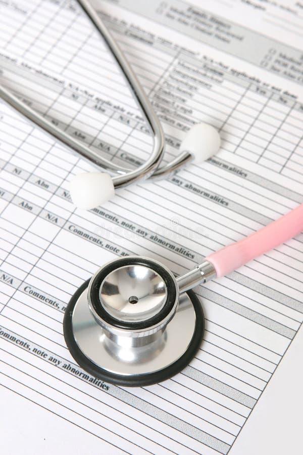 Stethoscoop en geduldig informatieblad stock foto's