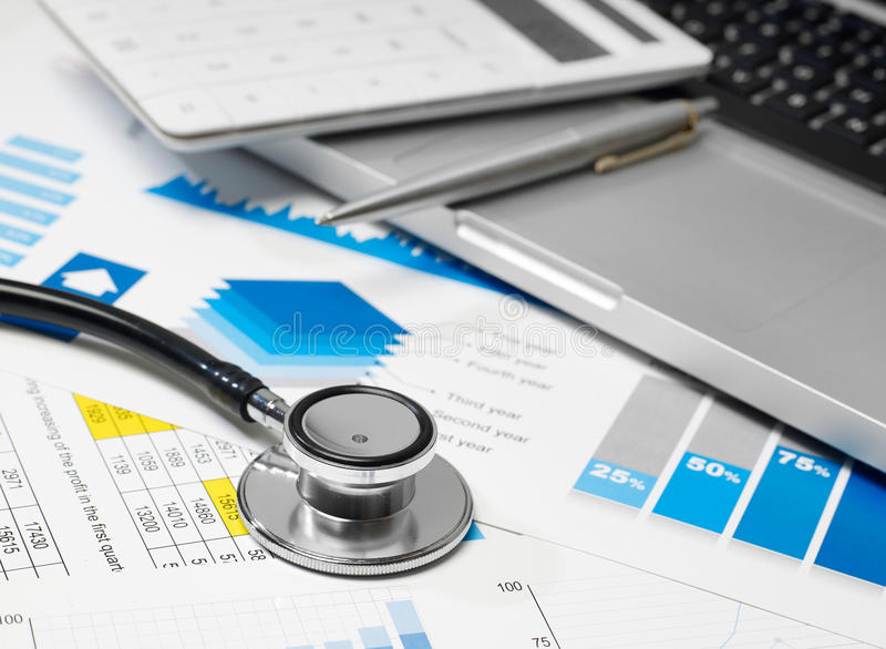 Stethoscoop en gegevensoverzicht stock afbeeldingen