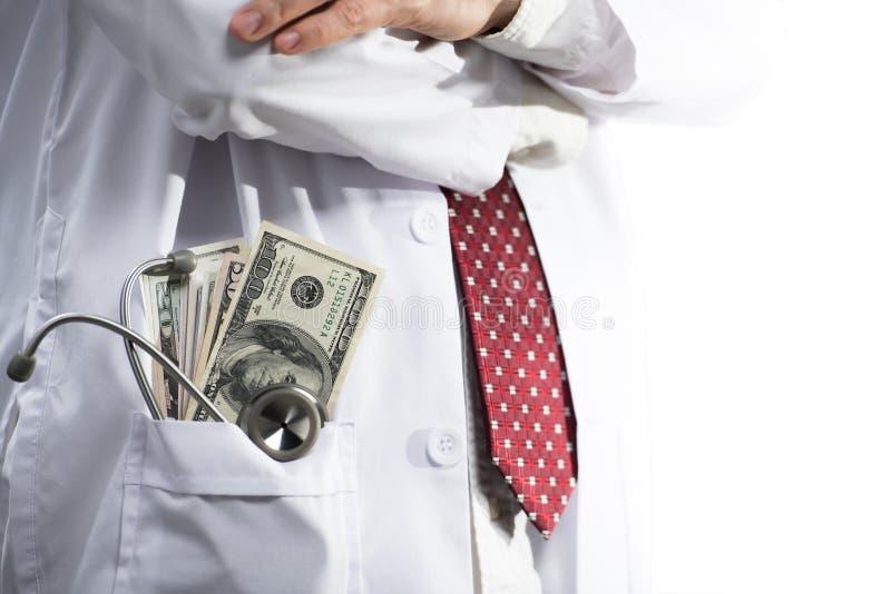 Stethoscoop en geld in de zak van de medische artsentoga royalty-vrije stock afbeelding