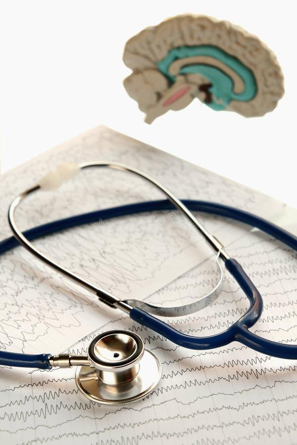 Stethoscoop en medisch verslag die op witte rug liggen royalty-vrije stock afbeelding