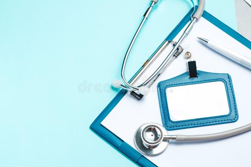 Stethoscoop en medische apparatuur en leeg klembord op een lichtblauwe achtergrond royalty-vrije stock fotografie