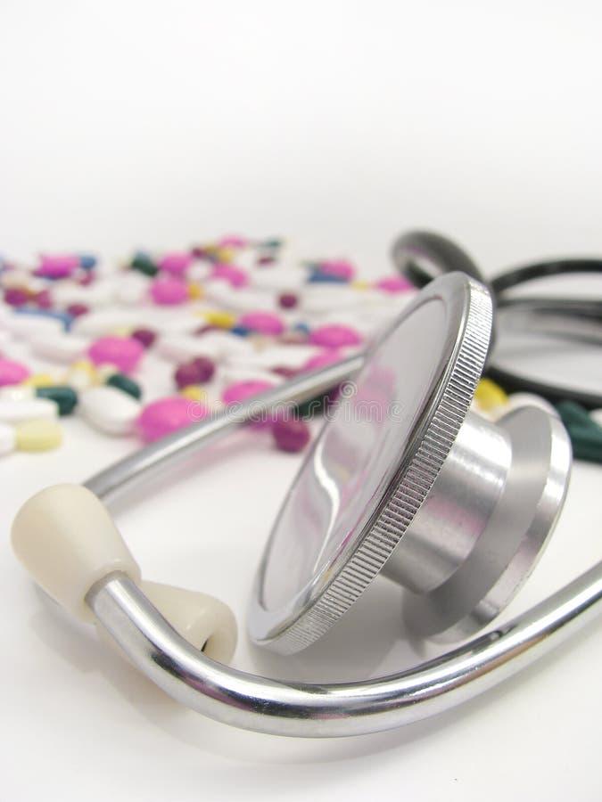 Stethoscoop en pillen stock foto