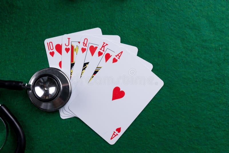 Stethoscoop en pookspeelkaarten als het gokken met uw gezondheidsconcept royalty-vrije stock foto