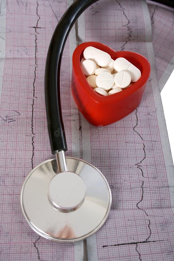 Stethoscoop en rood hart stock afbeelding