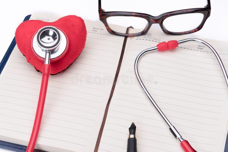 Stethoscoop en rood hartsymbool, gezondheidszorg en geneeskunde, gezond en verzekering, de dagconcept van de wereldgezondheid royalty-vrije stock afbeeldingen