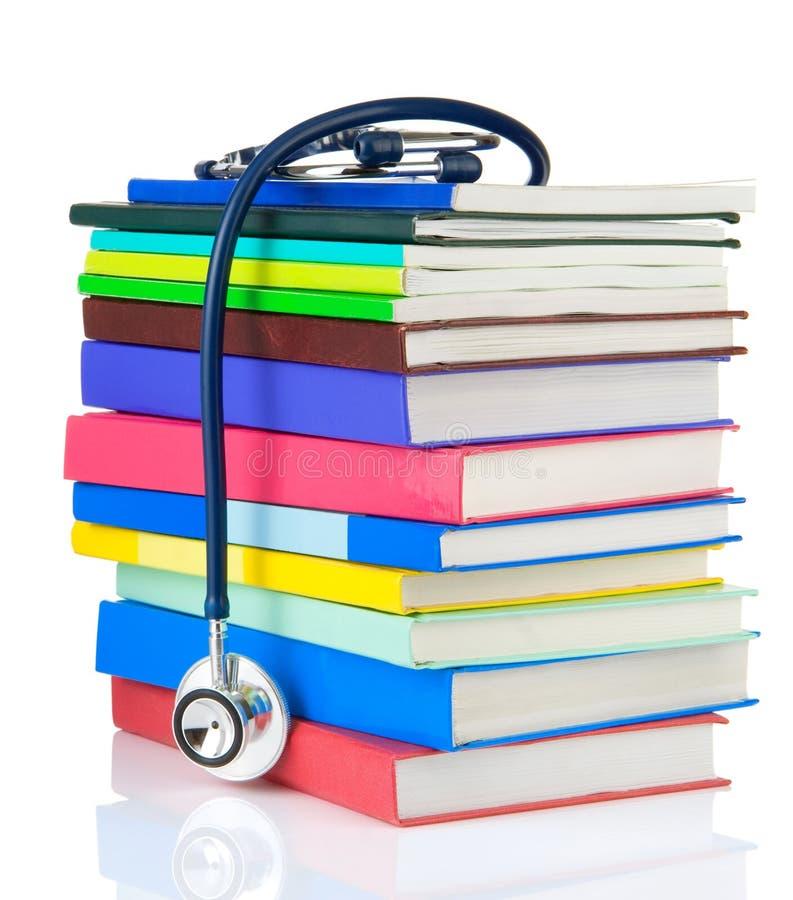 Stethoscoop en stapel van boeken op wit royalty-vrije stock foto's