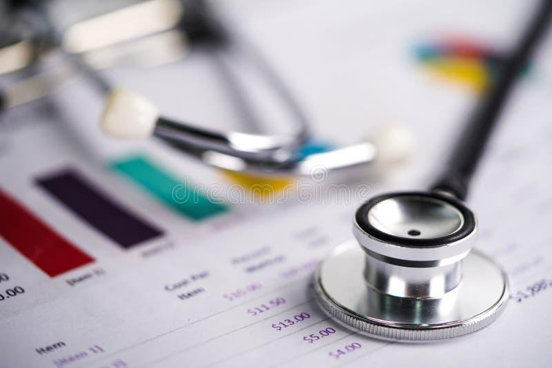 Stethoscoop, Grafieken en Grafiekenspreadsheetdocument, Financiën, Rekening, Statistieken stock foto