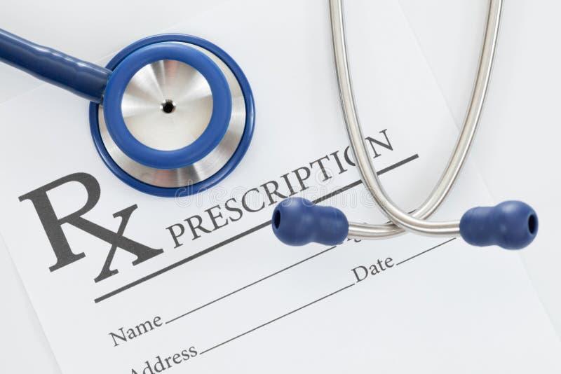 Stethoscoop met drugvoorschrift op lijst stock foto's