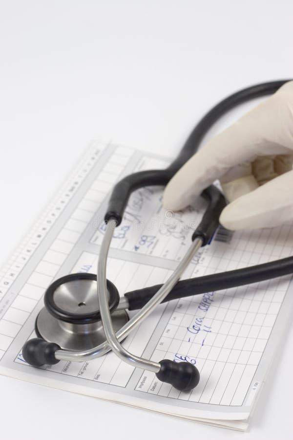 Stethoscoop op een medisch verslag stock afbeeldingen