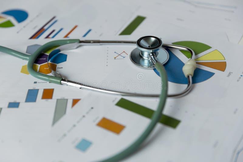 Stethoscoop op grafieken en grafieken Medische statistieken Medisch binnen stock afbeelding