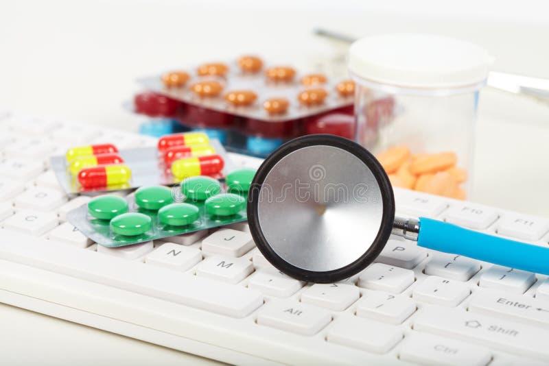 Stethoscoop op het toetsenbord stock afbeeldingen