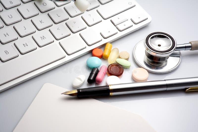 Stethoscoop op het toetsenbord geneesmiddel stock fotografie
