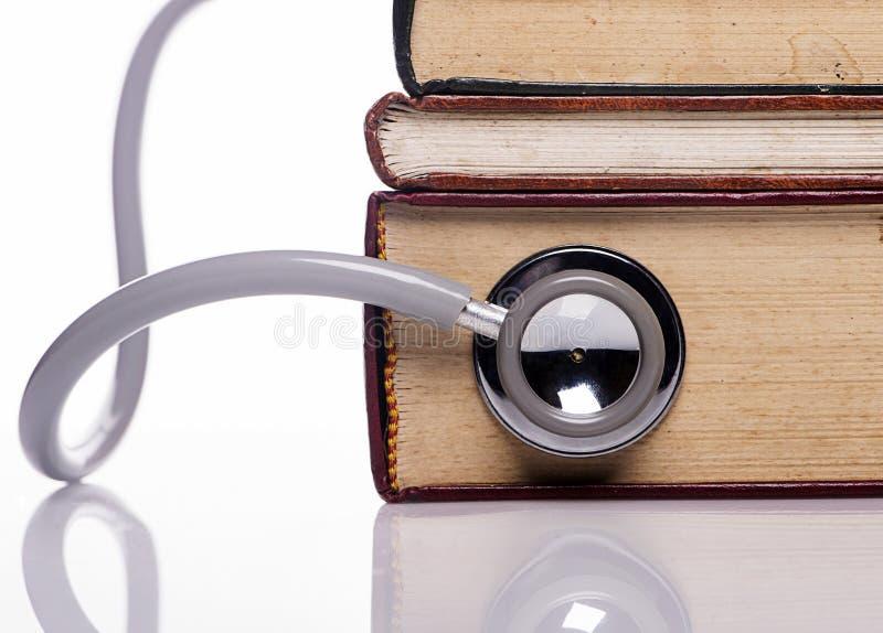 Stethoscoop op oud boek stock afbeelding