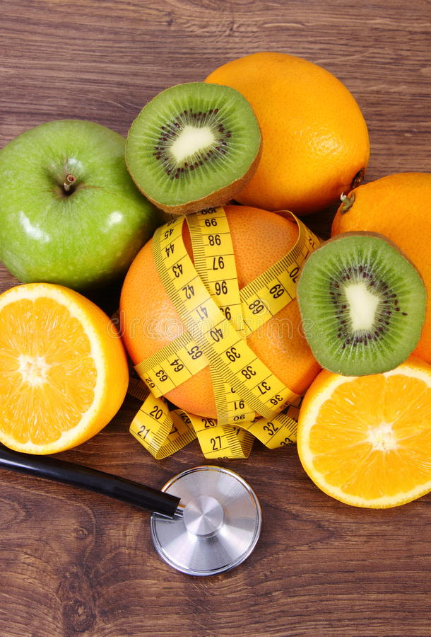 Stethoscoop, verse vruchten en centimeter, gezonde levensstijlen en voeding royalty-vrije stock fotografie
