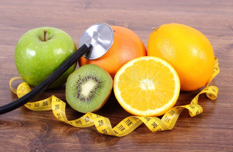 Stethoscoop, verse vruchten en centimeter, gezonde levensstijlen en voeding royalty-vrije stock foto