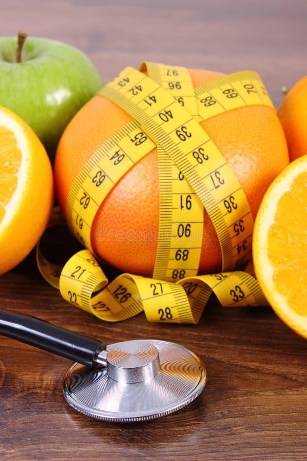 Stethoscoop, verse vruchten en centimeter, gezonde levensstijlen en voeding royalty-vrije stock afbeeldingen