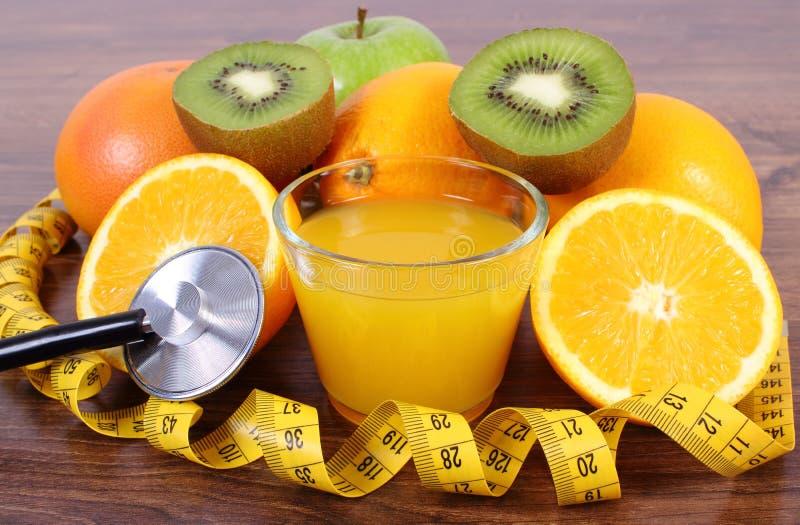 Stethoscoop, verse vruchten, sap en centimeter, gezonde levensstijlen en voeding royalty-vrije stock fotografie