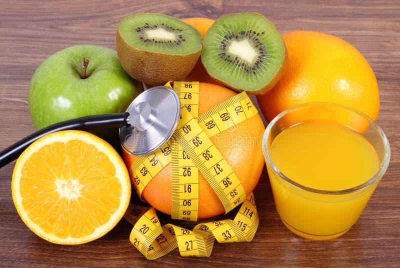 Stethoscoop, verse vruchten, sap en centimeter, gezonde levensstijlen en voeding royalty-vrije stock afbeeldingen