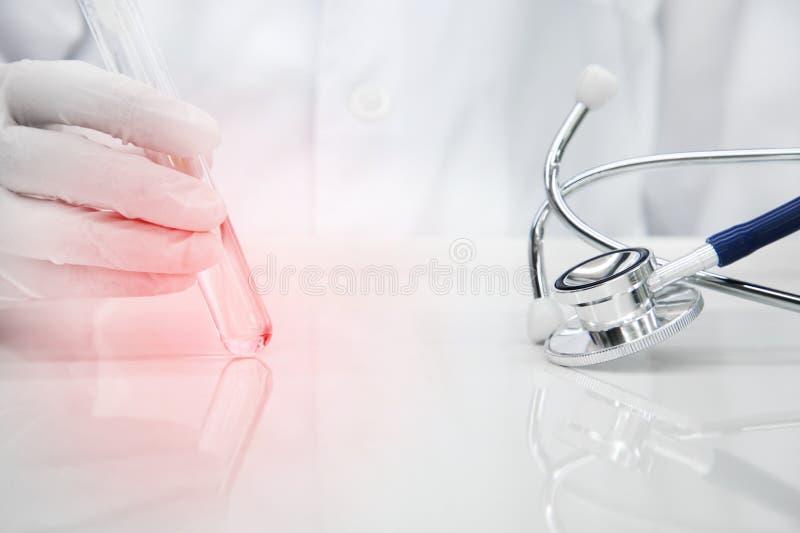Stethoscoop voor artsendiagnose met hand van wetenschapper in handschoen stock fotografie