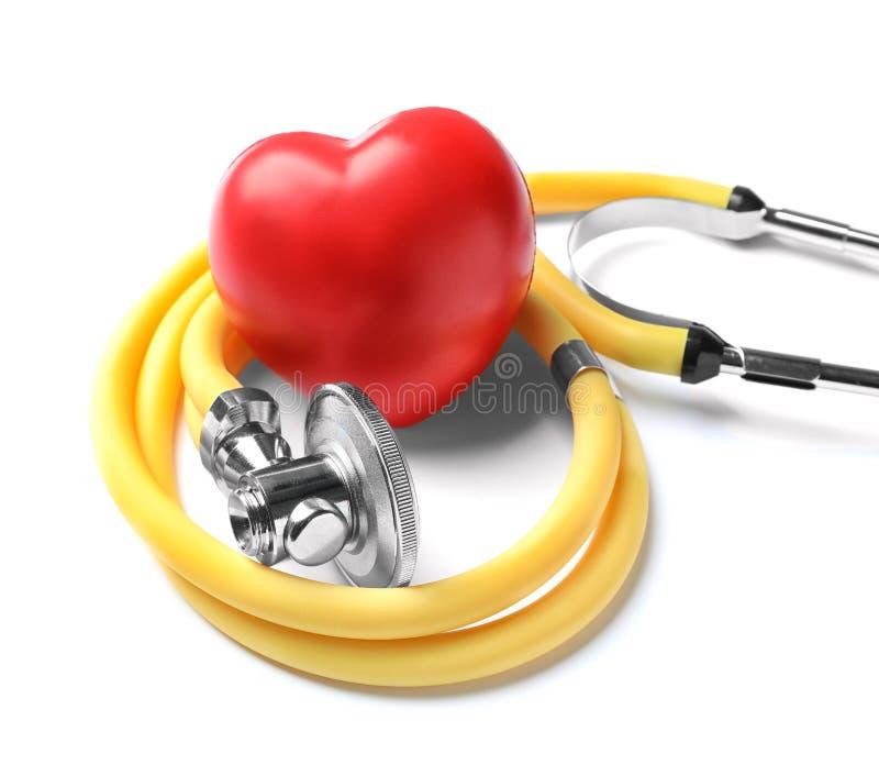 Stethoscoop voor het controleren van impuls en rood hart stock afbeeldingen