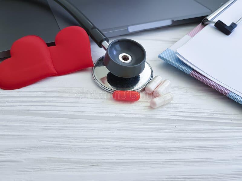 Stethoscooplaptop hart het werk de behandeling van lijstcapsules royalty-vrije stock afbeeldingen