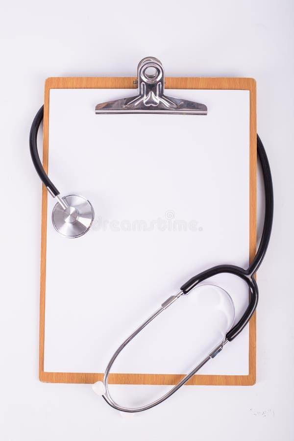 Stethoscoopmedische apparatuur met houten raad royalty-vrije stock afbeeldingen