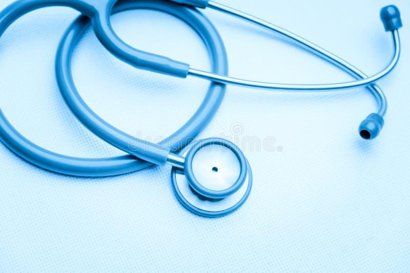 Stethoscoopmedische apparatuur op wit canvas instrumentenapparaat voor arts Het concept van de geneeskunde stock foto's