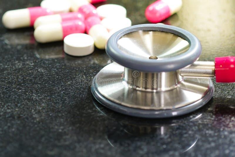 Stethoscopen met farmaceutische geneeskundepillen stock afbeelding