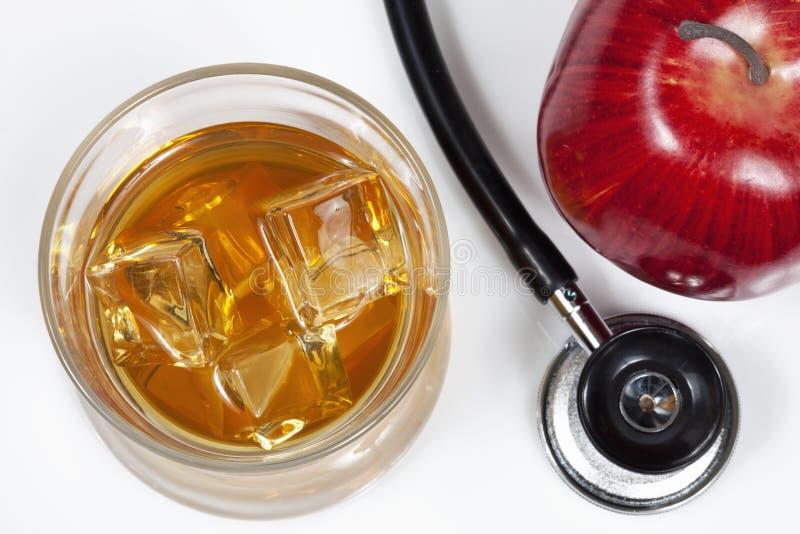 Stethoskop, Alkohol und Apfel auf weißem Hintergrund lizenzfreies stockbild
