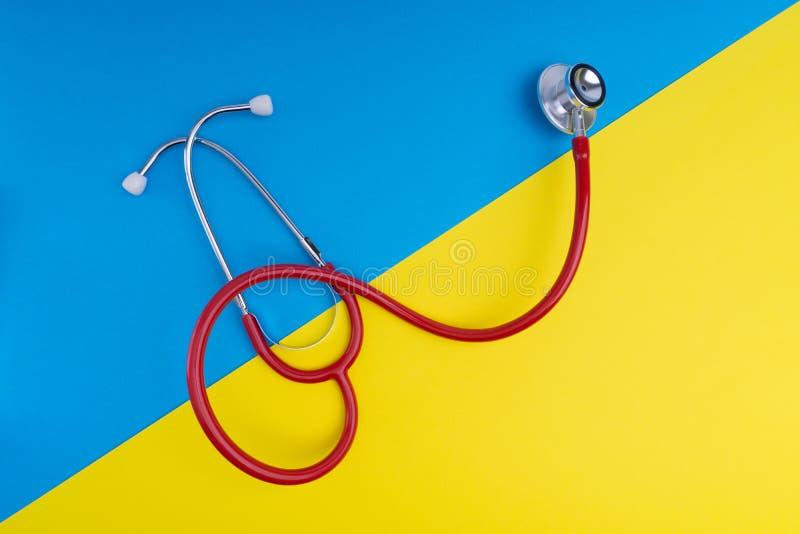 Stethoskop auf blauem und gelbem Hintergrund stockfotos