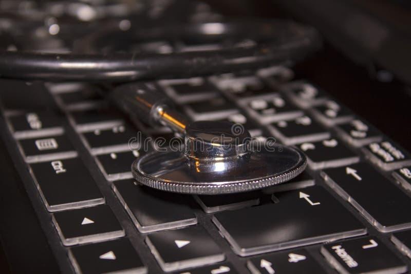 Stethoskop auf Computertastatur lizenzfreies stockfoto