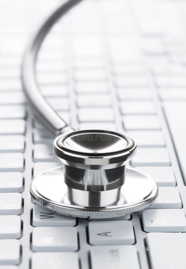 Stethoskop auf der Computertastatur lizenzfreie stockfotografie