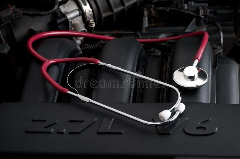 Stethoskop auf einem Automotor stockfotografie