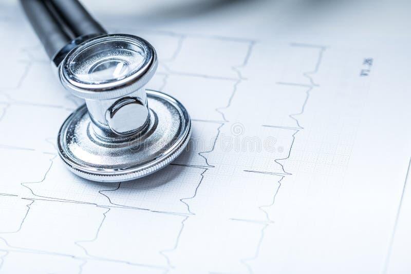 Stethoskop auf einem Herzmonitorausdruck Elektrokardiogrammdiagramm und -stethoskop lizenzfreies stockbild