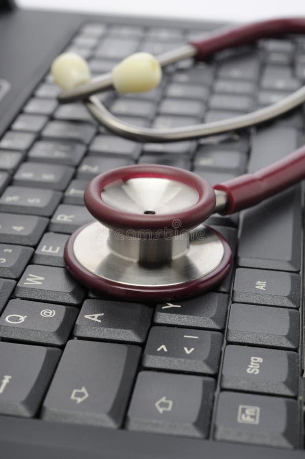 Stethoskop auf einer Computertastatur stockfotos