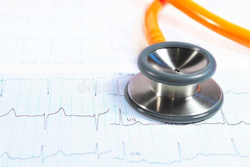 Stethoskop auf Elektrokardiogramm - ECG lizenzfreies stockbild