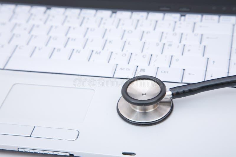 Stethoskop auf Laptop stockbilder