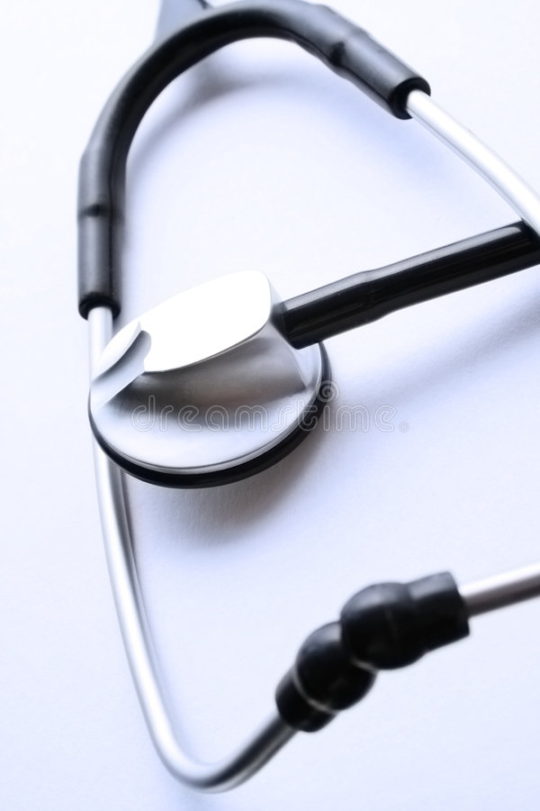 Stethoskop in der bläulichen Umgebung lizenzfreies stockbild
