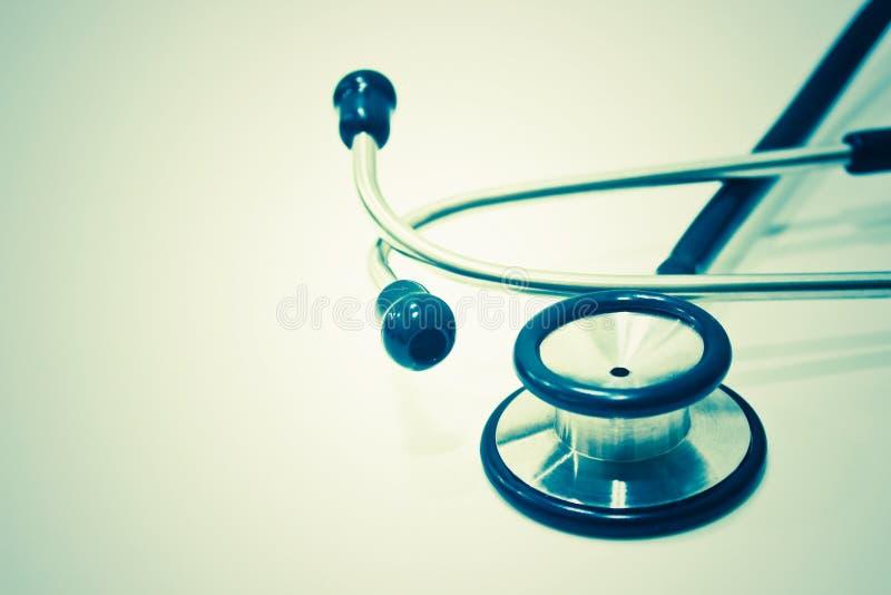 Stethoskop lokalisiert auf dem weißen Hintergrund stockbilder