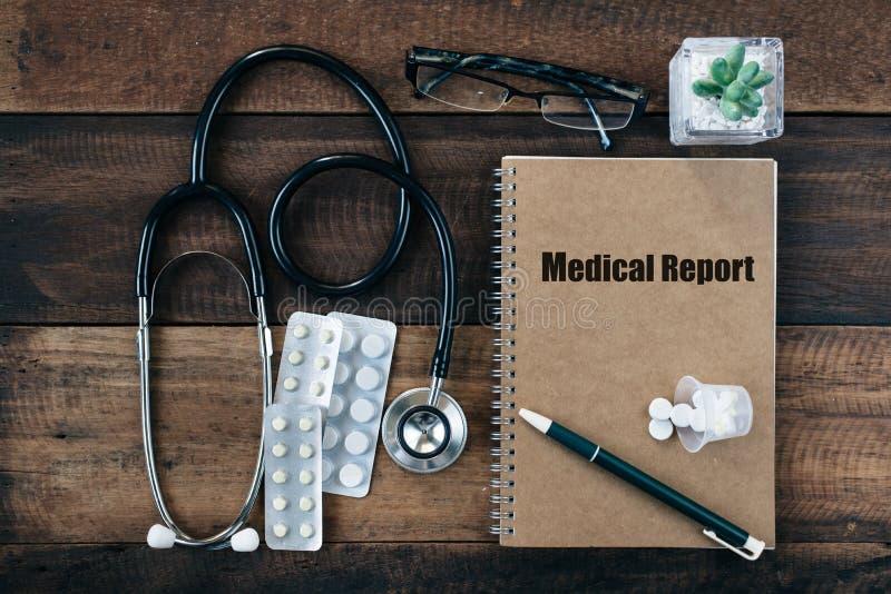 Stethoskop, Medizindroge und Notizbuch mit Wort des ÄRZTLICHEN ATTESTS auf seiner Abdeckung stockfoto