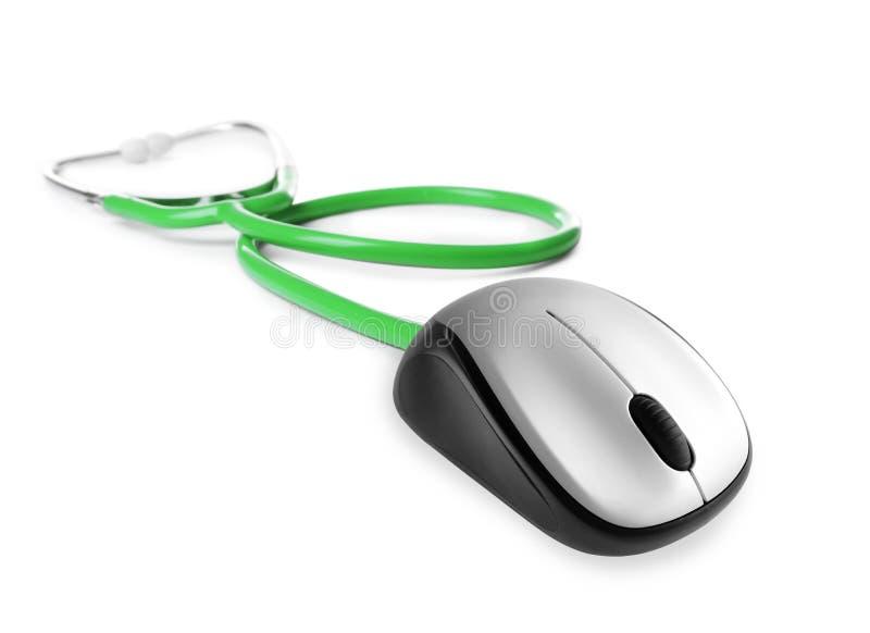 Stethoskop mit Computermaus auf weißem Hintergrund stockbild