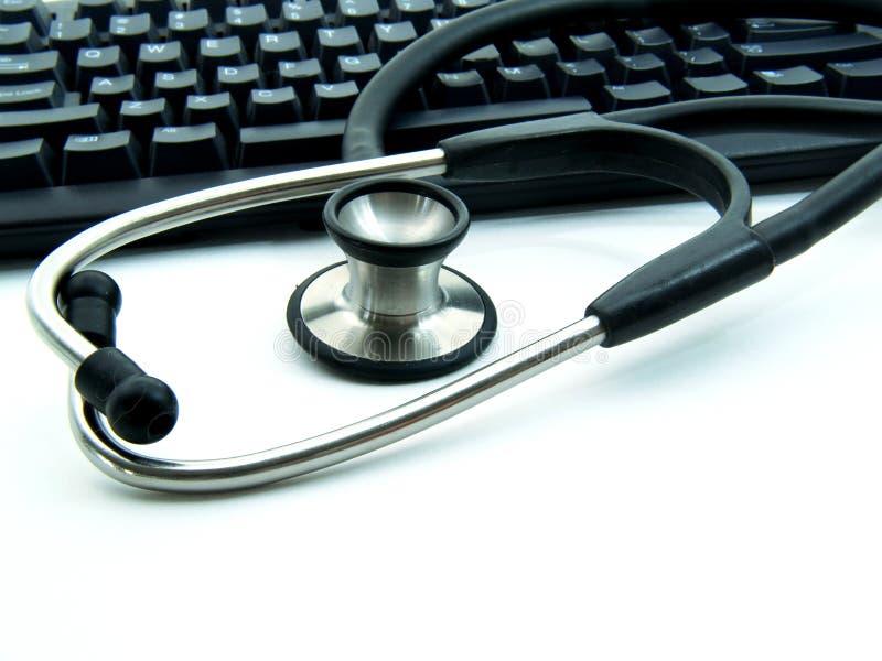 Stethoskop nahe bei Computer stockbild