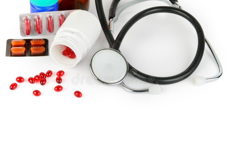 Stethoskop, Pillen und medizinische Vorbereitungen lokalisiert auf weißem Hintergrund stockfotografie