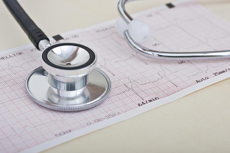 Stethoskop und Elektrokardiogramm lizenzfreie stockbilder