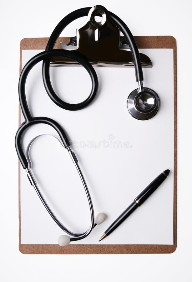 Stethoskop und Feder auf Klemmbrett stockfotografie